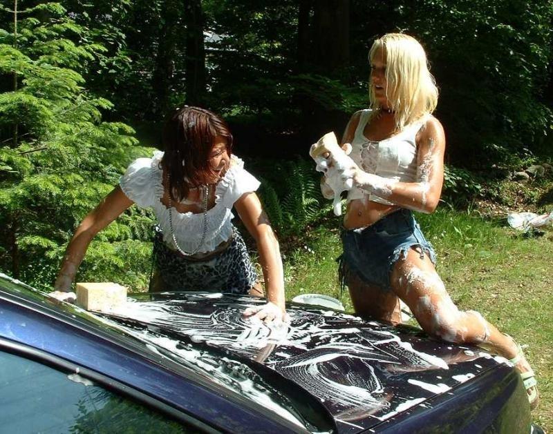 Chicas lavando el Coche